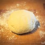 01 - Impastare tutti gli ingredienti fino ad ottenere un impasto omogeneo. Far riposare 2 ore.