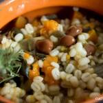 La zuppa di orzo, zucca, porri e faglioli