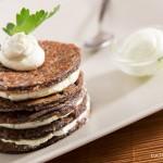 Pancakes salati con farina di riso nero e crema di caprino
