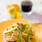 Spaghetti zucchine, fiori, acciughe, aglio e mollica di pane