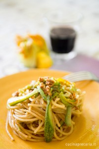 Spaghetti con zucchine, aglio, acciughe e mollica di pane