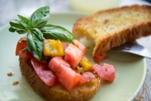 Bruschetta pomodoro, peperoni,acciughe e basilico