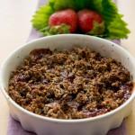 Crumble di grano saraceno e mandorle alla marmellata di fragole